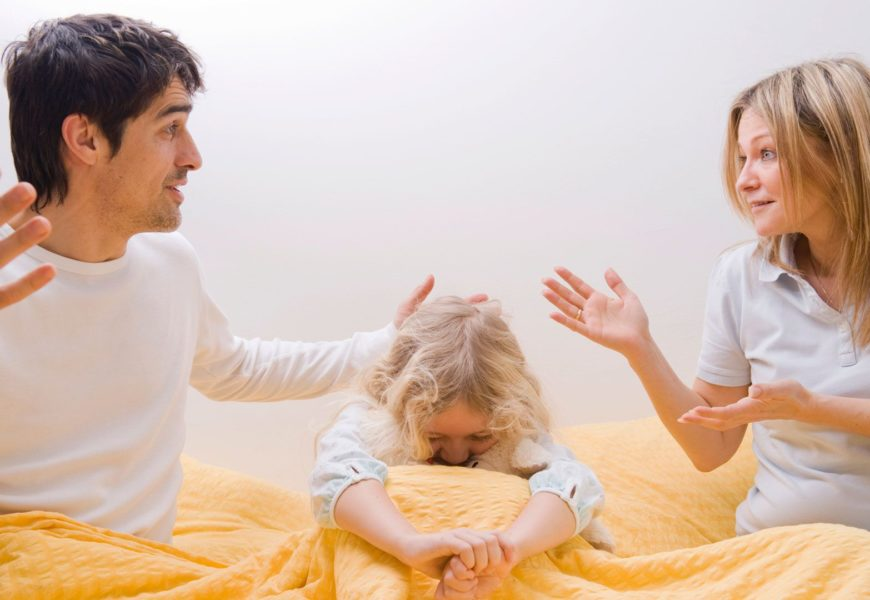 Das Kind landet alle 2 Stunden in der Notaufnahme, nachdem es die Kosmetik der Eltern benutzt hat
